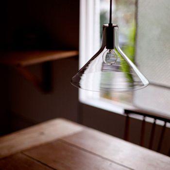 <frasco glass>  まさに三角フラスコのようなライト。 徹底的に無駄をそぎ落としたシンプルなフォルムなのに、 この空間を決定づける重要な役割を果たしています。