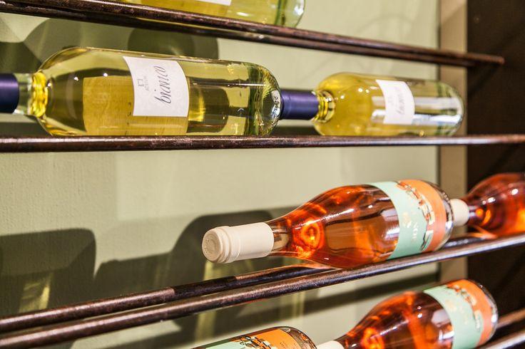 Dal negozio reale dei Sapori dei 30 l'esposizione dei nostri vini bianchi e rosati, Atrivm e Monte Isi per un ottimo aperitivo estivo. Tutto anche su www.isaporidei30.com