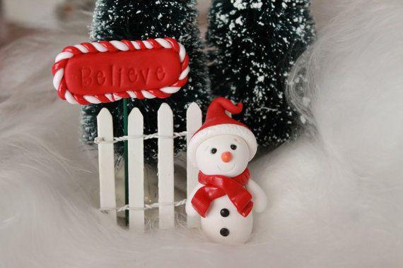 Cette liste est pour bonhomme de neige à l'un main polymère sculptée en argile. Il tient environ 2 de hauteur et peut être personnalisé - vous choisissez la couleur de son bonnet et écharpe! Il peut également être utilisé comme un ornement de Noël, donc s'il vous plaît choisir si vous souhaitez un oeil ou pas.  Si vous avez besoin d'une plus grande taille ou une couleur qui n'est pas listé, s'il vous plaît m'envoyer un message moi et je peux faire une liste spéciale pour vous…