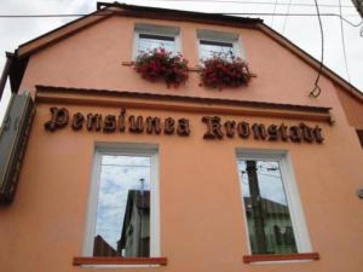 Pension Kronstadt #Pensiuni Brasov. Hotelul Kronstadt, numit dupa numele german al Brasovului, se afla in centrul orasului intr-o zona sigura si linistita, oferind camere bine dotate si servicii dedicate, 24 de ore pe zi. Camerele au minibar, TV prin satelit si birouri. Cladirea a pastrat structura tipic medievala, are o amplasare convenabila aproape de gara principala si este usor accesibila cu autobuzul. Sunt disponibile gratuit parcare si acces la internet.