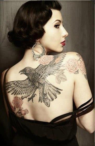 Tatouage corbeau oiseau et rose fleur dos femme                                                                                                                                                                                 Plus