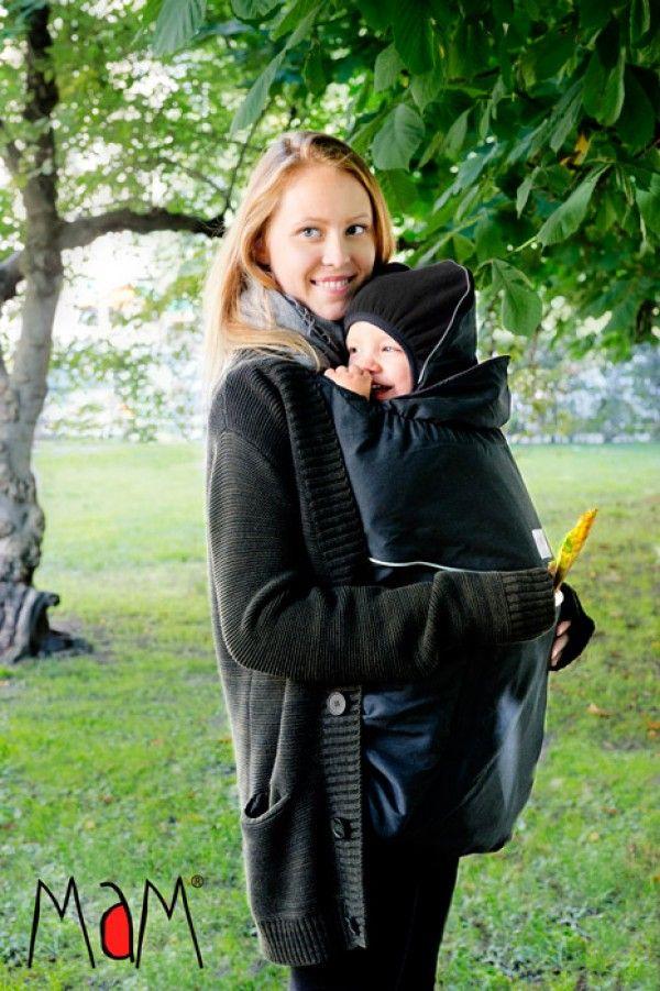 """La Cover Deluxe della Mam è fatta in microfibra all'esterno e in caldo pile finlandese di alta qualità all'interno.  E' Facile e veloce da indossare grazie a semplici bretelle da legare senza fibbie o nodi. Comprende un cappellino """"canguro"""" per il bimbo. Ideale per proteggere i bambini dal freddo in primavera, autunno e inverno, in estate in montagna e durante tutto l'anno come coperta"""