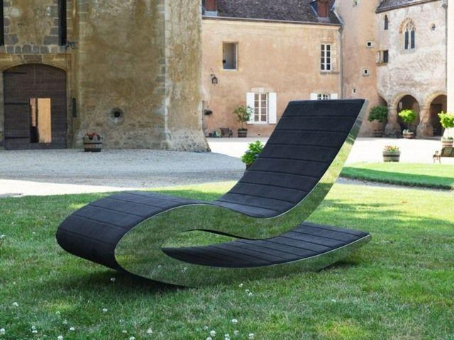 une chaise longue métallique de forme ergonomique