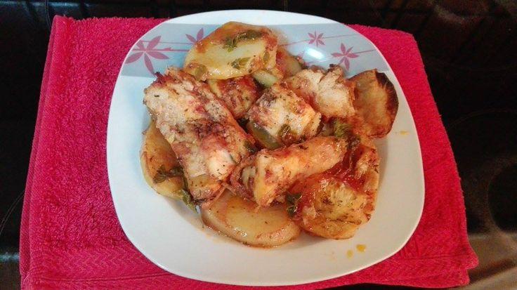 Μπακαλιάρος με πατάτες και σάλτσα στο φούρνο