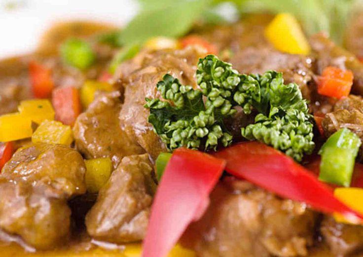 Gulasz z mięsa wołowego z dodatkiem papryki - wypróbuj sprawdzony przepis. Odwiedź Smaczną Stronę Tesco.