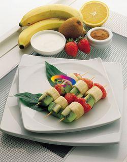 [SPIEDINI DI FRUTTA CON YOGURT] Sbucciate la banana e tagliatela in sei pezzi. Pulite le fragole. Mettete la frutta a macerare per 30 minuti spruzzandola con il succo dell'arancia.     Scolate la frutta e inseritela, alternandola, negli appositi bastoncini per spiedini Mescolate lo yogurt con un pizzico di cannella e con il succo di arancia usato per la macerazione. Servite gli spiedini con la salsa di yogurt a parte.