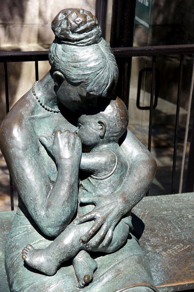 La mère et son enfant (Rue Sherbrooke)   The mom and her kid (Sherbrooke street)