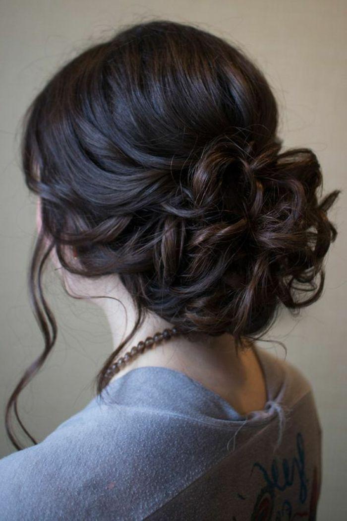 lockige Hochsteckfrisur, gewellte Seitensträhnen, lange schwarze Haare, Perlenkett, graue Bluse