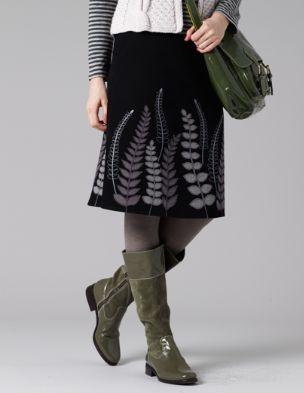 Kjol med ormbunksmönster, gröna stövlar