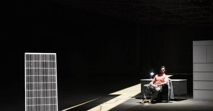 Fuentes de energía convencionales y no convencionales. Las fuentes de energía convencionales suelen estar completamente desarrolladas y utilizan recursos no renovables, mientras que las fuentes no convencionales pueden ser funcionales pero aún están en fase de desarrollo y utilizan recursos renovables.