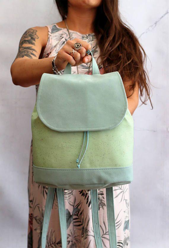 Bucket backpack in sughero e alcantara. Zaino in alcantara verde menta e sughero verde acqua. Zaino con coulisse e bottoni. Vegan