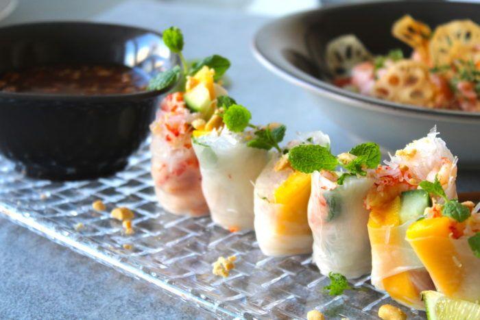 Färska vårrullar med risnudlar, mango och kräftstjärtar, serveras med en söt/syrlig tamarind och jordnötssås! Otroligt gott och kan serveras som förrätt eller plockmat. Ni måste prova nu...