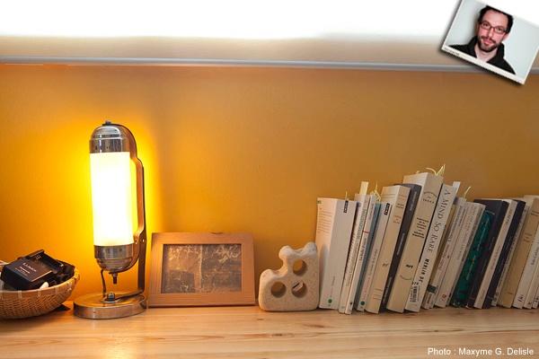 JEAN-SIMON DESROCHERS | Lampe pseudo art déco. Chromée, poussiéreuse, forme étrange, éclaire mal. Aurait pu figurer dans Blade Runner. | Photo: Maxyme G. Delisle