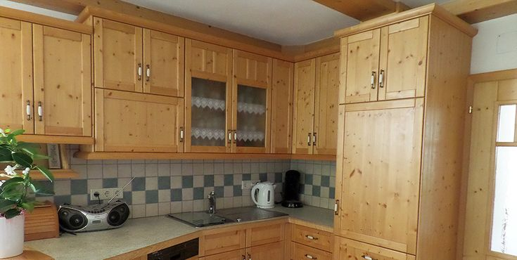 Rustikale Küche aus gebürsteter Fichte, inklusive einer