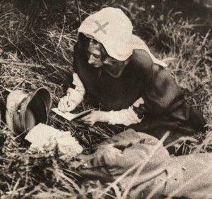 A enfermeira da Cruz Vermelha escreve as últimas palavras de um soldado britânico – 1917