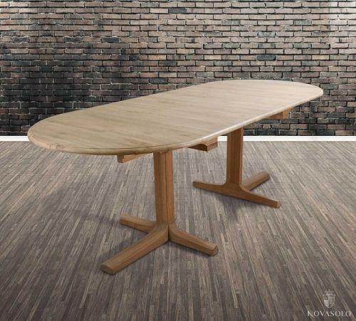 Pent og delikat New Amsterdam spisebord i eik med to innleggsplaterr. Dette gjør at du kan variere lengden på spisebordet fra en plassbesparende lengde på 160 cm, til et romsligere bord på 200 cm med én innleggsplate, og til et bord som rommer hele familieselskapet på hele 240 cm med begge innleggsplater.Mål:Lengde:  240/200/160 cm (med/uten medfølgende innleggsplater)Bredde:  100 cmHøyde:  78cmMateriale/ finish:EikVedlikehold:Vi anbefaler bruk avAntikvax.(Reduser...