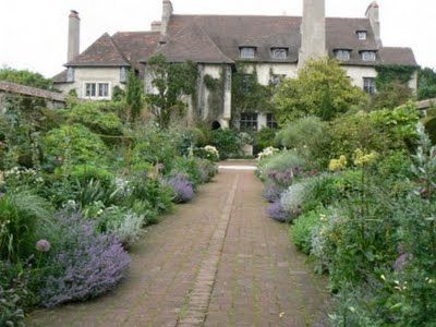 Le bois des moutiers is an arts crafts house in for Gertrude jekyll garden designs