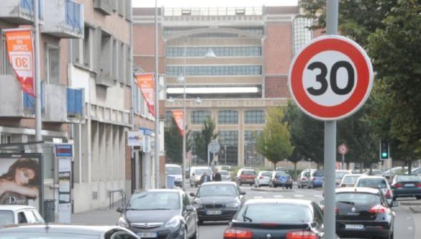 La voix du nord édition du 29/09/2012  On roulera bientôt de nouveau à 50km/h quai des Hollandais, comme sur d'autres axes périphériques.  #stationnement #Dunkerque #zone30 #mobilite #dunkerquecoeurdagglo #planmobilite #dunkerque