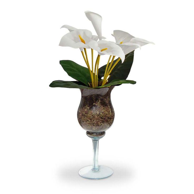 Arranjos de flores artificiais Copo de leite na taça de vidro, flores em eva com corte a laser e textura realistica. É uma composição Sofisticada e cheia de beleza. Vamos decorar a casa,escritório e etc, com este lindo acessório decorativo ? O Arranjo artificial de flores copo de leite taça de vidro  pode ser levado a mesa sem interferir no cheiro da comida.  Excelente para os alérgicos. Incontestável em durabilidade comparada a natural. Este projeto fica excelente em uma mesa de festa.  O…