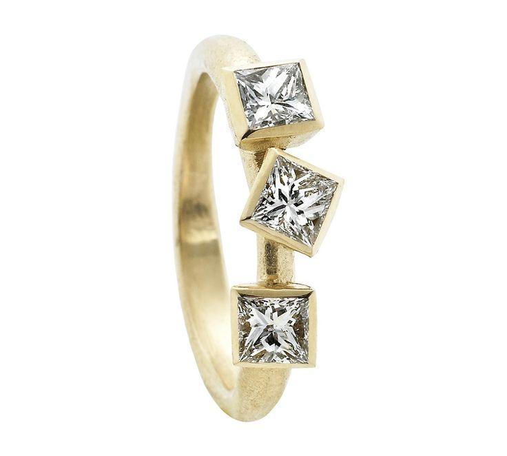 Von Lotzbeck Square 3 ring. Denne ring er noget af det ypperste inden for smykker: Den er stilren, guddommelig smuk og besat af 3 kostbare funklende diamanter - lidt af en drømmering <3 #vonlotzbeck #diamanter #girlsbestfriend