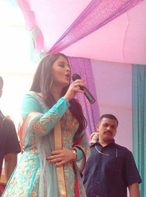 Aishwarya arrived in 'Surat'-Gujarat Full Report-http://www.ibtimes.co.in/articles/505527/20130912/aishwarya-rai-bachchan-gorgeous-surat-aaradhya-slim.htm