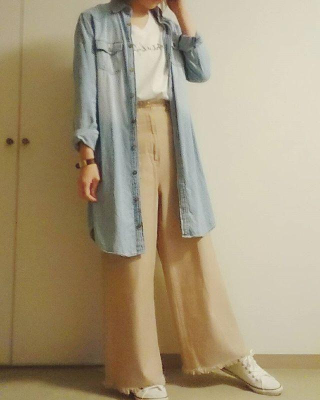 🌱今日のコーデ🌱 数年前に買ったデニムシャツワンピ。久々に着るとまた違ったコーデになるから楽しい✨ 中に着たTシャツはこの間#gu で790円ぐらいで買ったもの。半袖だからこれからもっと出番が増えそう💡 ・ ・ ・ #今日のコーデ#今日の服#本日のコーディネート#きれいめカジュアル#インスタコーデ#インスタファッション#シンプルコーデ#ワイドパンツコーデ#コーデ記録#着画#ジーユーマニア#アラフォーママ#コーデスナップ#きょコ#スニーカー女子#プチプラ#おしゃれ好きさんと繋がりたい#お洒落さんと繋がりたい#お洒落さんとつながりたい#gumania #ootd_kob#outfit#4yuuu#mineby3mootd#kiwamezyoshi#code#codesnap#instalike#follow
