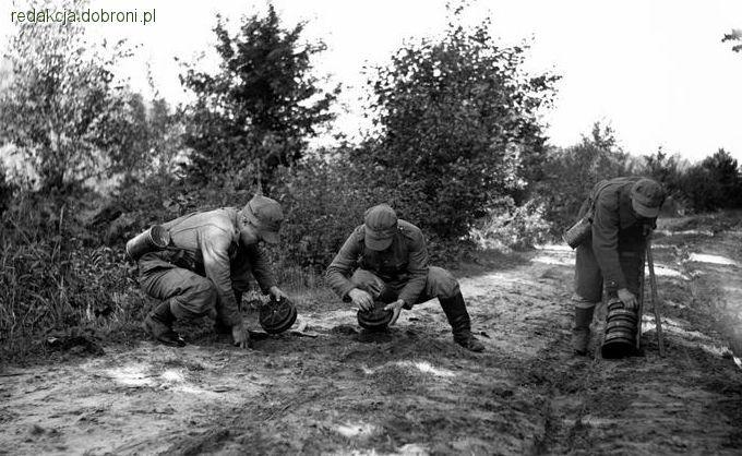 Polscy saperzy podczas stawiania zagrody minowej. Kładą ją na drodze gruntowej, jak widać bardzo bli… - zdjęcie 6 z 8 | zdjęcia dobroni.pl