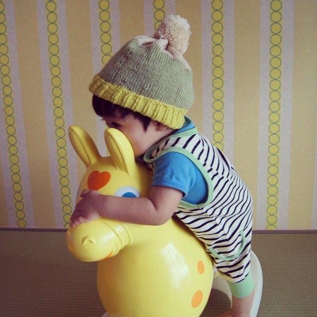 Instagram media mokimokii - 初めてのニット帽  見事にガタガタ… 輪編みでしたからどこできれてるかまるわかり(笑)一部目がとんでるし… 反省点多いけどかぶせちゃうよー!  #ニット帽 #ハンドメイド #初挑戦 #ガタガタ #三色 #ボンボン #1歳 #13ヶ月 明日から#14ヶ月 #息子  #ロディ