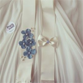 Mavi Ortanca Takı Kurdelesi  Takı kurdelelerimizde yapay ortanca çiçekleri ve inciler kullanılmıştır.