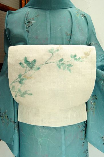 真昼間の月のようなほのかに青みを秘めたさっぱりとした白に、青緑の葉と白の花美しい萩の模様がはかなげに浮かぶ夏つくり帯です。 #kimono