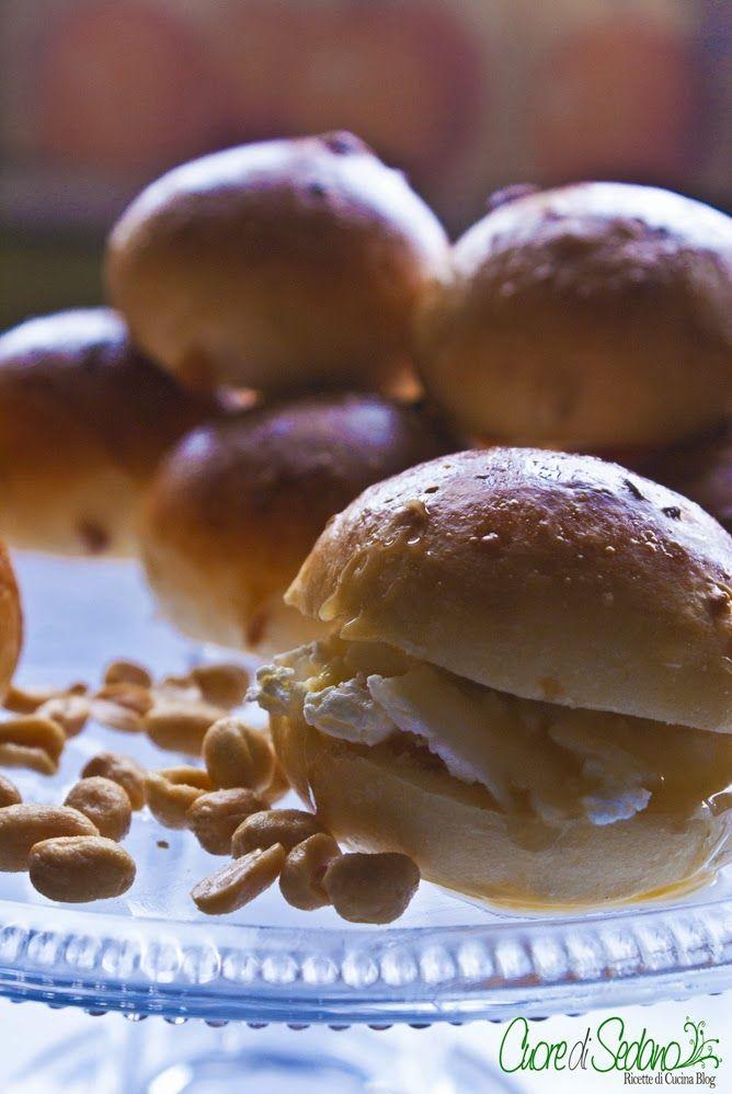 Panini al burro e arachidi farciti con crema al miele - Cuore di Sedano