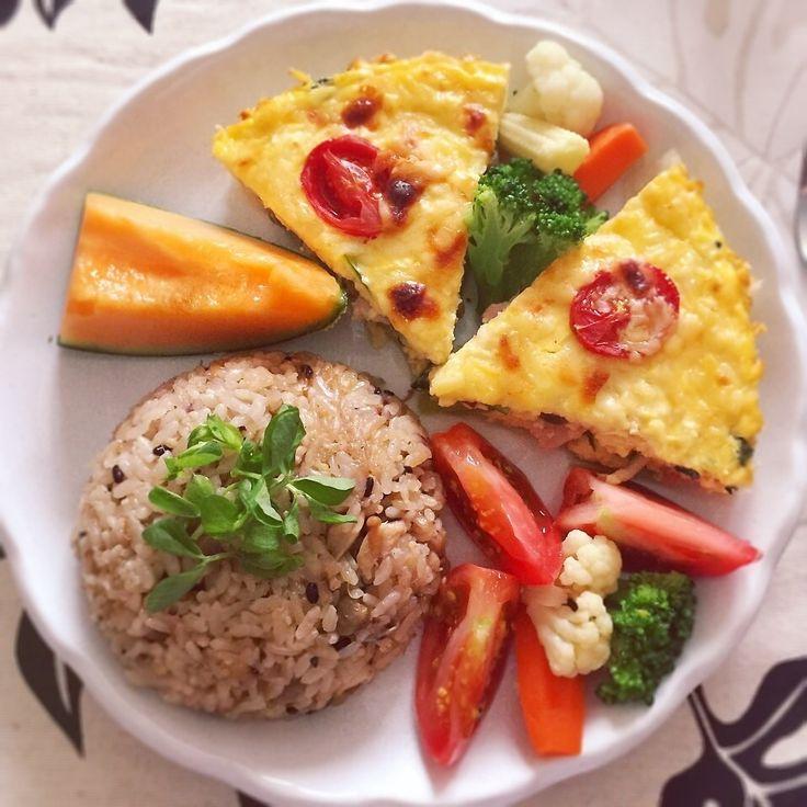 ★小松菜としめじと減塩ベーコンに木綿豆腐、卵、牛乳でキッシュを作りました(o´∀`o) ★しめじとなめたけと鶏肉の炊き込みご飯 豆苗を添えました(o´∀`o) ★付け合わせはトマトとブロッコリー、にんじん、カリフラワー、ヤングコーンの温野菜(o´∀`o) ★メロンが安かったのでデザートに(o´∀`o) 初めて作ったワンプレートランチ 美味しかったです☆*:.。. o(≧▽≦)o .。.:*☆