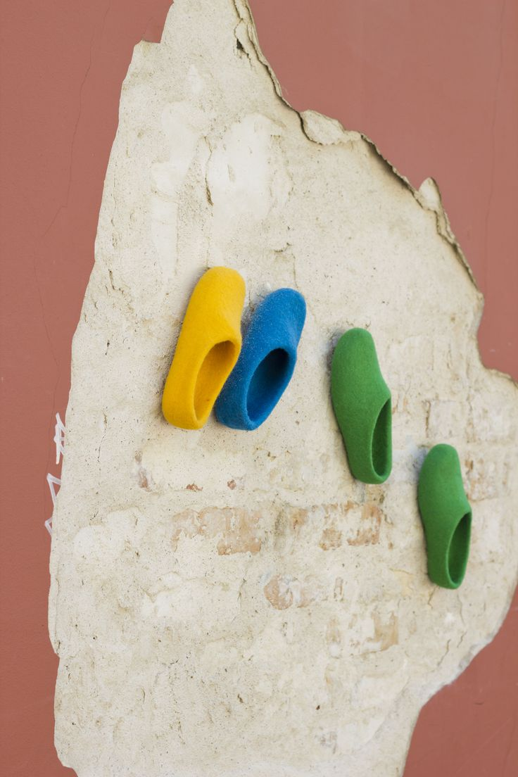 De fargerike tova tøflene Snoogas opplever byen. Bestill dine Snoogas på www.snoogas.com. Pris - 59 Eur