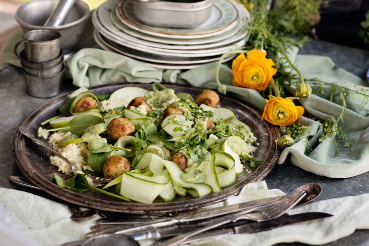 Couscous är fantastiskt fint att göra sallad på. Här håller vi den helt grön – i dubbel bemärkelse – och serverar med falafel för en riktigt bra lunch.
