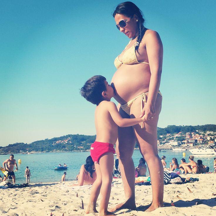 Nuestra amiga Yessi en la playa de Arnelas, en Aldán (Cangas). Yessi con su hijo Diego y Victoria, que está a puntito de nacer.