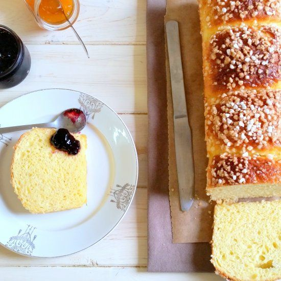 French brioche topped with sugar, sweet, light and buttery for breakfast (in French)