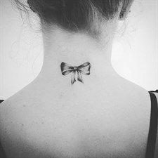 Moda: #Tendenza #tatuaggi:  #mini tattoo da collo (link: http://ift.tt/2d8MkCg )
