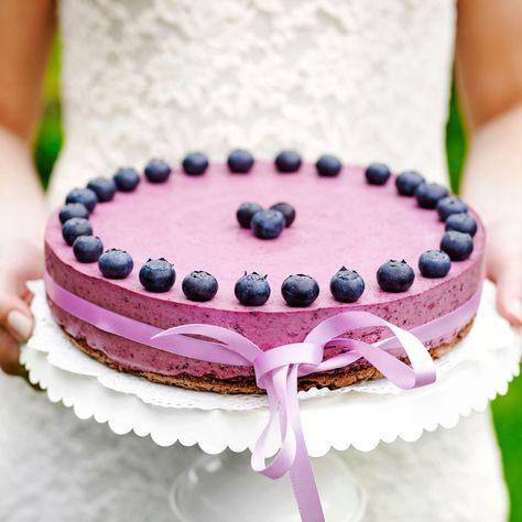 Blåbärsmoussetårta med browniebotten smakar ljuvligt.