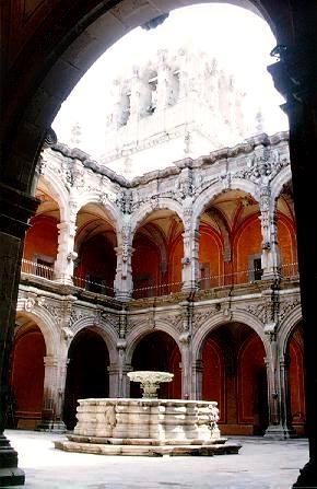 Detalles elegantes en el museo de arte de #Queretaro, #Mexico. La elegancia de una de las construcciones coloniales más bonitas de toda la ciudad.