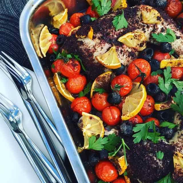 Kip met citroen, sumak en tomaatjes uit de ovenn