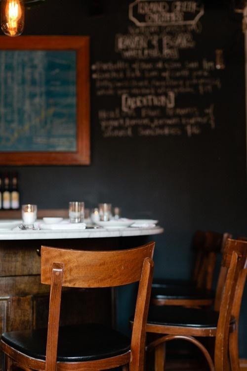 Portare in cucina l'atmosfera di un vecchio bistrot parigino? Si può. La ricetta annovera sedie di recupero, pareti lavagna e vecchie lampade. / @Michael Graydon