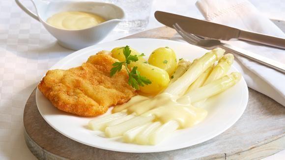 Zwei traditionelle Gerichte treffen aufeinander. Schnitzel und Spargel ergeben eine genussvolle Kombination.