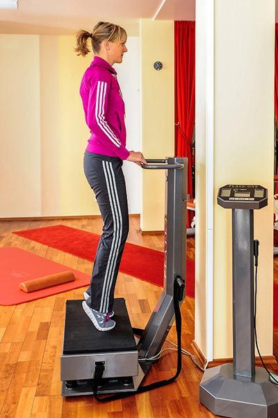 Skigymnastik Übungen - Übung 08b: Waden heben mit Plate - Diese Übung kräftigt Waden, hintere Oberschenkelmuskulatur und Rumpf und stabilisiert das Knie ...