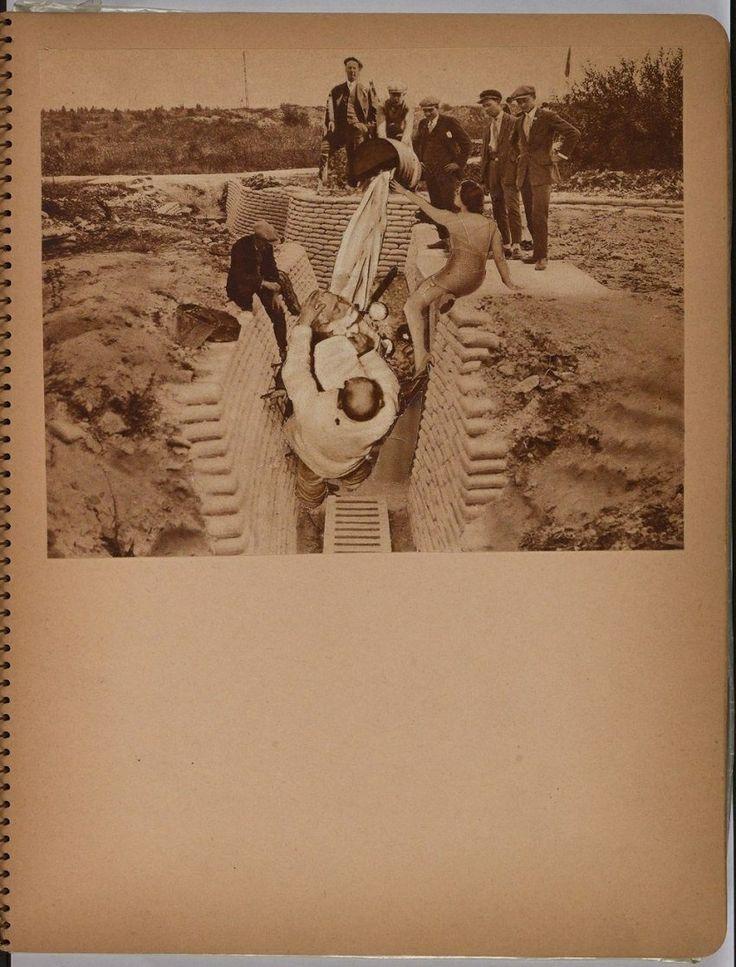 Photos-Collages Paul Éluard, Benjamin Péret (circa 1931) Cahier à spirale (27x21 cm) comportant 33 photo-collages originaux, la plupart à partir de reproductions photographiques noir et blanc ou sepia (4 photo-collages sont en couleurs) découpées dans des revues.