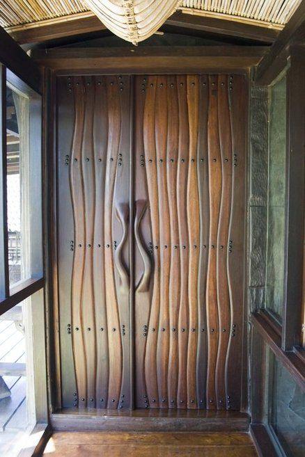 """Una puerta muy muy original, àra aquellos atrevidos que quieran ponerla en casa. """"Open Sesame"""" ebony and Philippine hardwoods:"""
