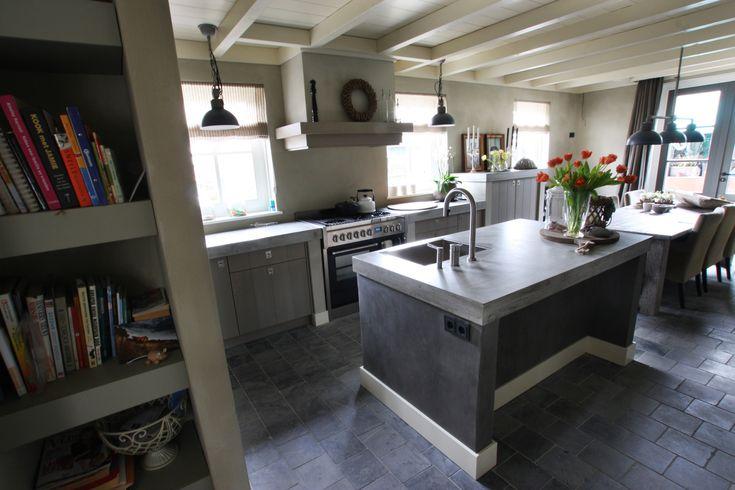 kitchen, concrete, natural floor, grey oak cabinets.  keukenindeling, beton blad, hardsteen vloer en vergrijsd eiken keuken.