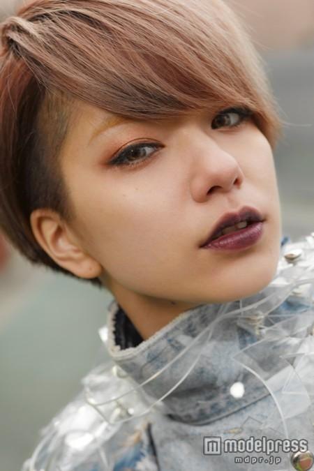 裏原宿ファッションアイコンが歌手デビュー キュート&エッジィな独特センスで注目