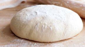 Met dit pizzadeeg recept van Jamie Oliver kan je gemakkelijk zelf pizza maken. Geen moeilijke ingrediënten maar simpel de juiste verhoudingen. Kijk snel!