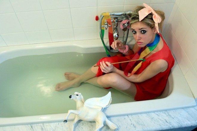 diavoletta87 Young Chiara Ferragni in a bathtub #ChiaraFerragni 's #FashionBlog #TheBlondeSalad zählt zu einem der weltweit meistgelesenen #FashionBlogs und macht Chiara dadurch zu einer ... http://hyyperlic.com/2013/12/bilder-von-the-blonde-salad-bloggerin-chiara-ferragni-als-chiara-noch-nicht-beruehmt-war-diavoletta87