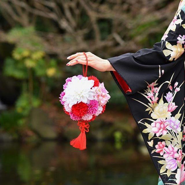 【sayacha_wedding】さんのInstagramをピンしています。 《#和装前撮り ボールブーケと着物の相性バッチリ(^^) 今日は招待状を発送しました!! ひと段落と行きたいところだけど、節約のため、席次表も手作りするかもー(^^;) 式場手配のもとっても可愛いんだけど、お値段がかわいくないのだ! #黒引き振袖 #美浜園#華雅苑#前撮り#ウェディングソムリエアンバサダー#ウェディングソムリエ#weddingnews#ウェディングニュース#marryxoxo#marry花嫁#プレ花嫁#日本中のプレ花嫁さんと繋がりたい #2017春婚#千葉花嫁#ag花嫁 #海がテーマの結婚式#リゾートウェディング#ビーチリゾート#ビーチ#海#beach #farnyレポ#juno4u》